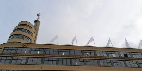 Des drapeaux blancs sur le bâtiment Flagey pour honorer les travailleurs de la santé