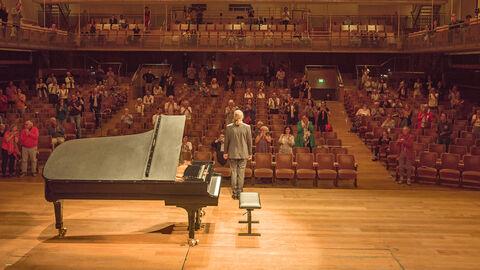 Bekijk het tweede deel van het concert van Denis Kozhukhin